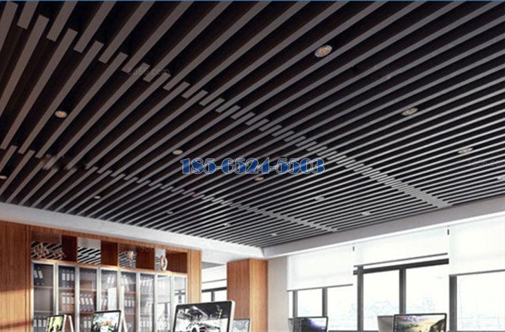 錯位安裝的咖啡色鋁方通吊頂