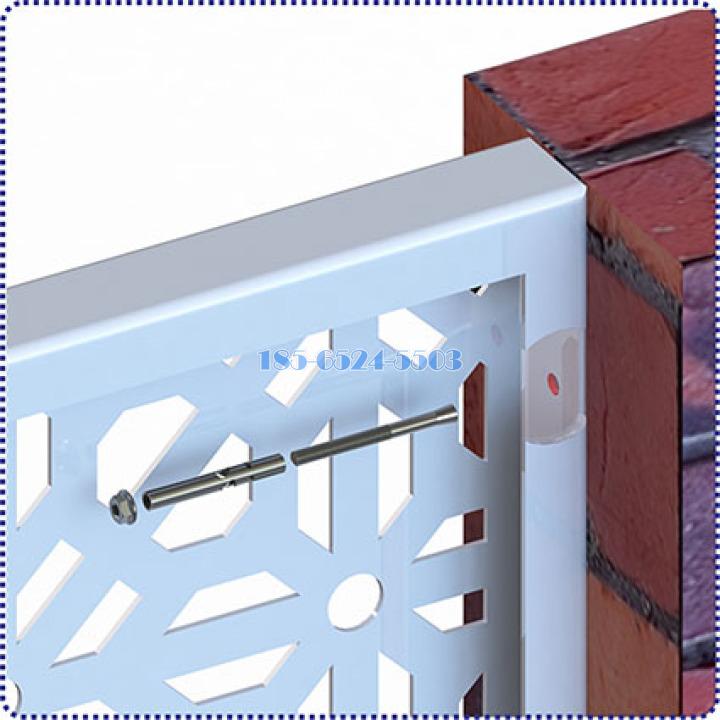用膨胀螺栓把铝板打穿折边锁定在砖混结构墙体上