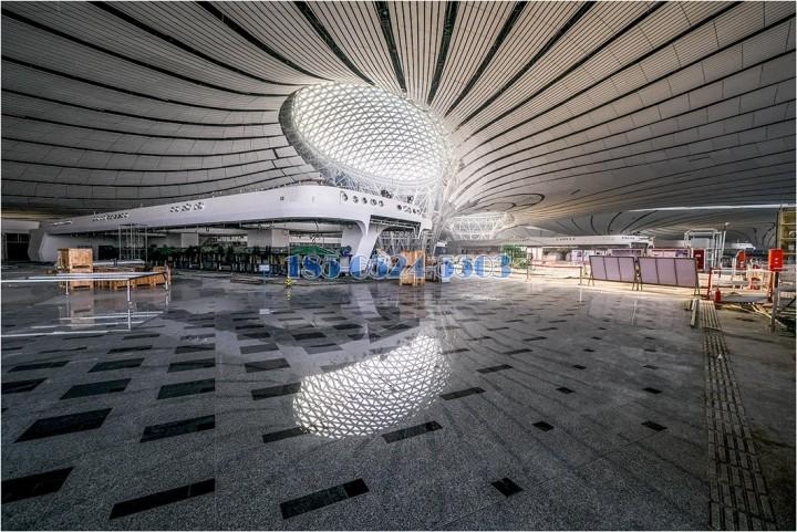 售票廳弧形鋁方通和中庭圓形吊頂