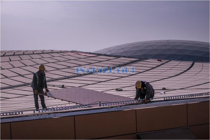 工人正在安裝T2航站樓區的天面鋁單板